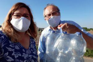 Anna Peters und Wilfried Hanft mit Wasser für die Erntehelfer bei Spargel Ritter